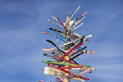 有方向的岗位到滑雪在奥地利阿尔卑斯, Ischgl倾斜 库存照片