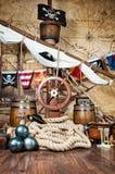 有方向盘和旗子的海盗船甲板 免版税图库摄影