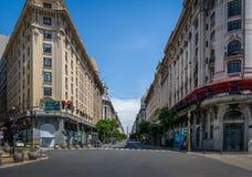 有方尖碑的街市布宜诺斯艾利斯对角Norte街作为背景-布宜诺斯艾利斯,阿根廷 库存照片