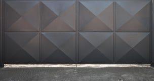 有方形的样式的闭合的黑金属门 库存图片