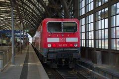 有旅客列车特写镜头的电力机车 德累斯顿的主要火车站 库存照片