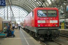 有旅客列车特写镜头的红色电力机车 德累斯顿火车站 库存照片