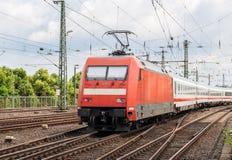有旅客列车的电力机车在科隆 免版税库存照片