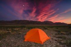 有旅客的帐篷山背景的  免版税库存照片