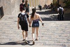 有旅客的手拉手走在走道的男朋友和女朋友Czechia人 库存照片