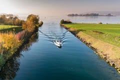 有旅游人通行证的汽艇从低到上部苏黎世湖通过锁和段落在Seedamm在斥责附近 库存图片