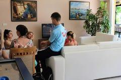 有旅游公司代表的会议客人在Kleopatra的使旅馆阿拉尼亚,土耳其靠岸 图库摄影