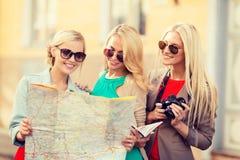 有旅游地图的美丽的妇女在城市 库存图片