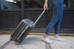 有旅行台车行李的妇女在旅馆大厅 r 库存照片