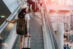 有旅行在机场的行李的亚裔妇女 库存图片