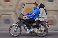 有旅行在高速公路的两位乘客的摩托车,批评sho 免版税库存图片