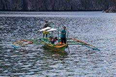 有旅行的游人的小船在海岛之间 El Nido,菲律宾 库存图片