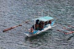 有旅行的游人的小船在海岛之间 El Nido,菲律宾 图库摄影