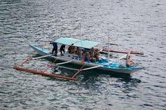 有旅行的游人的小船在海岛之间 El Nido 菲律宾 免版税库存图片