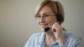 有旅行社的耳机咨询的客户的,服务可爱的妇女 影视素材