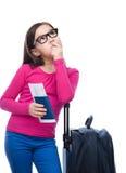 有旅行袋子、票和护照的微笑的女孩 免版税库存图片