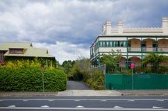 有旅馆历史旅馆大厦的村庄街道 库存图片