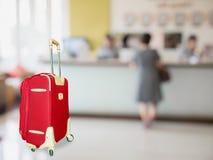 有旅馆大厅的五颜六色的手提箱 免版税图库摄影