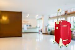 有旅馆大厅的五颜六色的手提箱 免版税库存图片