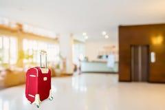 有旅馆大厅的五颜六色的手提箱 图库摄影