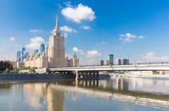 有旅馆的乌克兰纳Novoarbatsky桥梁在莫斯科, 库存照片