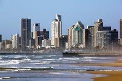 有旅馆的清早风大浪急的海面德班的金黄英里的 免版税库存照片