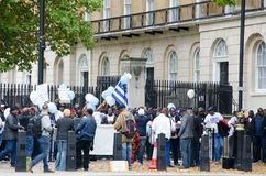 有旗子的南部的喀麦隆抗议者在伦敦 免版税库存图片
