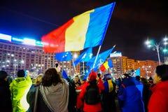 有旗子的在抗议,布加勒斯特,罗马尼亚人们 库存图片
