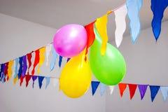 有旗子的多彩多姿的气球装饰庄严的事件, feast_ 免版税库存照片