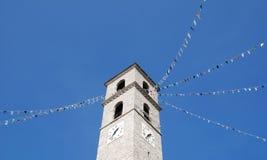 有旗子的意大利教会 库存照片
