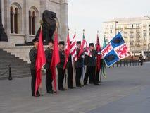 有旗子的战士排练为在议会大厦之外的国庆节仪式的 免版税库存照片