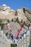有旗子的拉什莫尔山 免版税库存照片