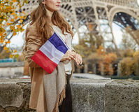 有旗子的端庄的妇女在埃佛尔铁塔附近的堤防在巴黎 库存照片
