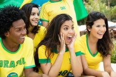 有旗子的笑的巴西足球迷 免版税库存照片