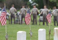 有旗子的退伍军人在阵亡将士纪念日事件 免版税库存图片