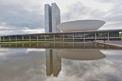 有旗子的巴西全国代表大会在背景中在巴西利亚 图库摄影