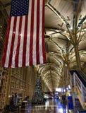 有旗子美国人的机场 库存照片
