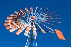 有无云的蓝天的一台老风车 免版税库存照片