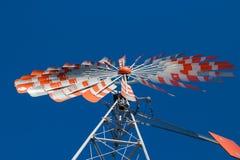 有无云的蓝天的一台老风车 库存照片