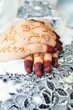 有无刺指甲花的亚洲妇女手 免版税库存图片