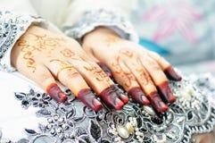 有无刺指甲花的亚洲妇女手 库存照片