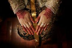 有无刺指甲花的,日惹,印度尼西亚美好的爪哇新娘` s手 库存照片
