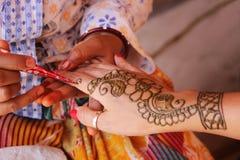 有无刺指甲花的绘画手在花设计 免版税库存图片