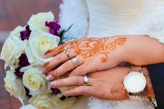 有无刺指甲花纹身花刺和首饰的新娘的手,婚姻 库存图片