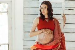 有无刺指甲花纹身花刺的孕妇腹部 库存图片