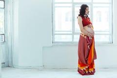 有无刺指甲花纹身花刺的孕妇腹部 免版税库存图片