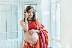 有无刺指甲花纹身花刺的孕妇腹部 免版税图库摄影