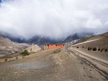 有无家可归天气的红色小屋在山在后边距离 免版税库存照片