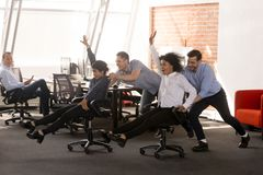 有无忧无虑的激动的不同的办公室工作者乐趣乘坐的哦cha 库存照片