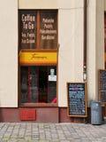 有无电梯大楼窗口的快餐餐馆 库存图片